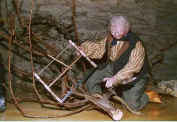 LE FACONNAGE DU BOIS représenté par un personnage exposé à LA FERME DES FEES (Les Hayons)