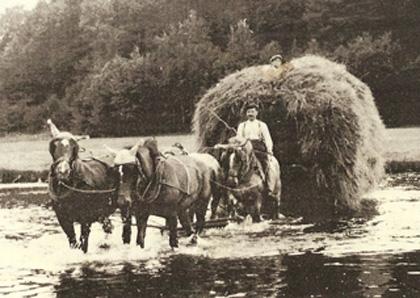 Le transport des foins par un attelage de quatre chevaux