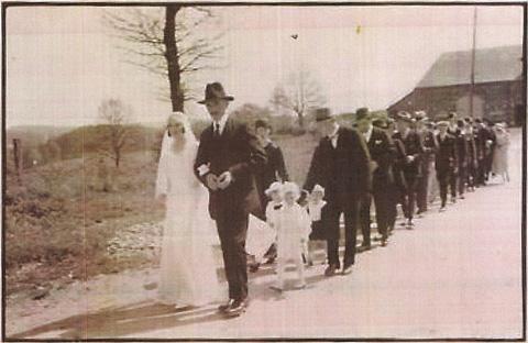 Un mariage, il y a bien longtemps...celui de Marie Houchard, au bras de son oncle, Adolphe.