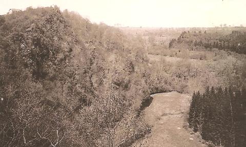 """La crête rocheuse en haut à gauche est le Saut des sorcières. On aperçoit, plus à gauche la villa appellée """"Château Declercq"""""""