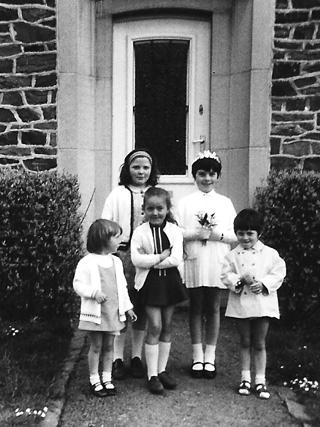"""Cinq fillettes fêtent le """"trimoset"""". De gauche à droite, les deux grandes sont: Martine Lebas et Annie Coulon; les trois autres sont: Pascaline Pierre, Patricia Lebas et Carine Boclinville."""