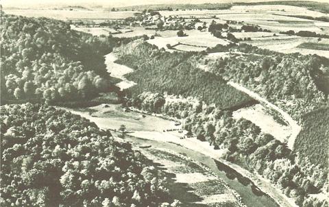 Le village se trouve tout en haut, au centre; à l'avant-plan gauche, le plateau du Hultai; à droite, la  route qui descend vers le Maka; entre les deux, la Semois.